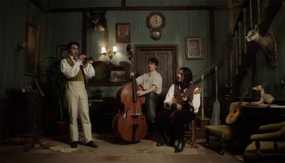 مشهد من فيلم What We Do in the Shadows
