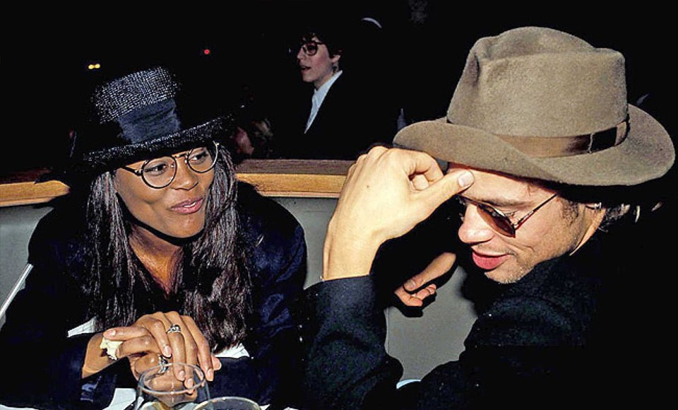 Robin Givens and Brad Pitt يرتديان قبعات